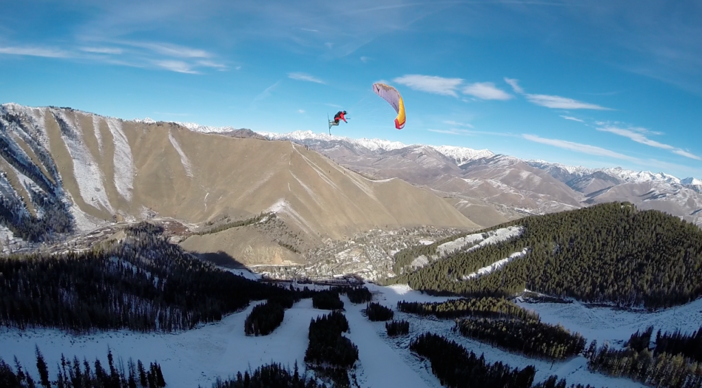Speedflying and speedriding are parachute sports that take advantage of the slopes of mountains.
